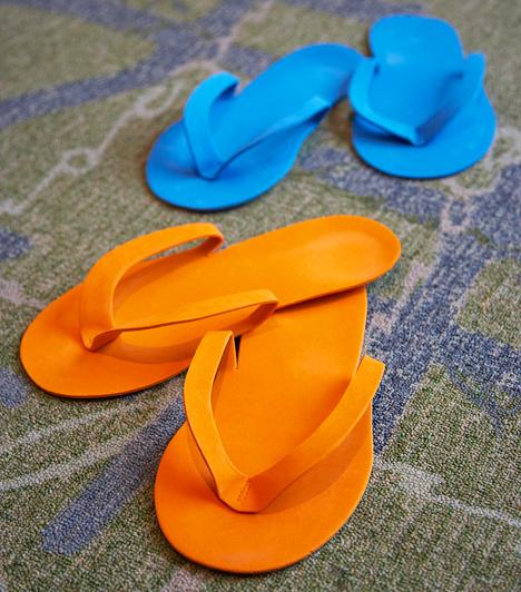 Tanga-papucs  A tanga-papucsok egyesek szerint strandon kívül szinte hordhatatlanok. Különösen, ha a pántok lazák, hiszen ebben az esetben minden lépéskor be kell húznod a lábujjaidat - mindez pedig hosszabb távon ízületi problémákat okozhat.  Kapcsolódó cikk: Képeken minden idők 7 legegészségtelenebb cipője »