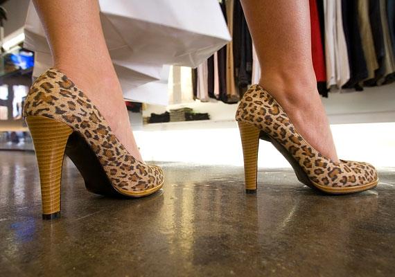 Nincs abban semmi újdonság, hogy a magas sarkú cipő veszélyes, a legtöbb nő mégis rendszeresen viseli. Amennyiben te sem tudsz lemondani róla, legalább a sarok magasságára ügyelj. Korábbi cikkünkből megtudhatod, mennyi lehet a maximum.
