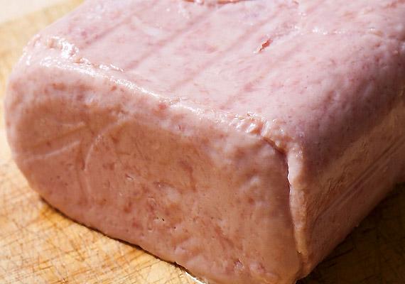 A túlságosan feldolgozott és ismeretlen eredetű löncshúsok összetevőinek listáját érdemes átböngészni. Talán meglepő, de hústartalmuk jó, ha eléri a 25%-ot, ezen kívül pedig számos aromát, stabilizátort, nitrites pácsót tartalmaz.