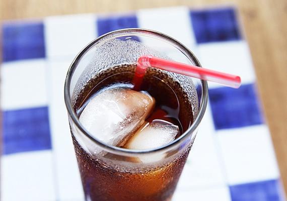 Sem a hagyományos, sem pedig a diétás kóla fogyasztása nem használ az egészségednek. Előbbi elsősorban magas cukortartalma miatt, utóbbiban pedig az édesítőszer kifogásolható. Ha ciklamátot - E952 - adnak hozzá, állatkísérletek tanúsága szerint rákkeltő lehet.