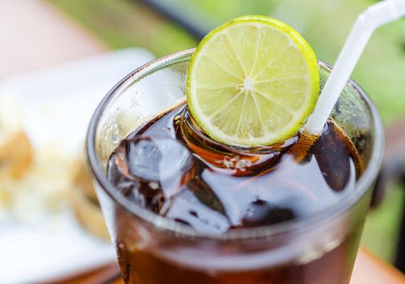 A Minnesotai Egyetem korábbi tanulmánya szerint, melynek kapcsán majdnem tízezer felnőttet vizsgáltak, csupán napi egy pohár diétás ital elfogyasztása 34%-kal növelte a metabolikus szindróma kialakulásának veszélyét. Sok mesterséges édesítőszer ugyanis a cukorhoz hasonló veszélyt jelent az anyagcserére. Tudj meg többet erről a témáról!
