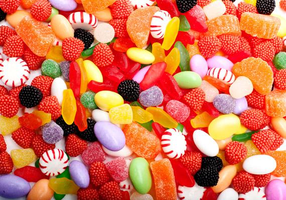 A színes cukorkák nem csupán hizlaló, egészségtelen finomított cukorból állnak, de olyan mesterséges színezőanyagokat - Yellow No. 5 és Yellow No. 6 - tartalmazhatnak, amelyek egyes kutatások szerint összefüggésben állnak a hiperaktivitás kialakulásával. Ezért Norvégiában és Svédországban már betiltották őket. Tudod, milyen ételekkel hozták még összefüggésbe a hiperaktivitást?