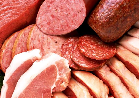 A feldolgozott húsokhoz - például szalonnához, kolbászhoz, virslihez - az előállítás során sok esetben egészségtelen mennyiségű nitritet, nitrátot használnak fel. Ezek a vegyületek bár tartósítják a húsokat, és megőrzik azok színét, a szervezetbe kerülve rákkeltő nitrózaminokká alakulnak. Ha vörös húst fogyasztanál, válassz kevéssé feldolgozott változatokat, illetve az sem mindegy, milyen konyhatechnikai eljárással dolgozol.