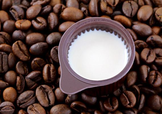 A kávétejszínben olyan egészségtelen összetevők lehetnek, mint a hidrogénezett olajok, transzszírok, cukor és egyéb mesterséges adalékanyagok. Fogyasztása növelheti a szervezetben a rossz koleszterin szintjét, valamint a szív- és érrendszeri betegségek kialakulásának kockázatát. A háztáji tehéntej vagy a kókusztej egészségesebb alternatíva lehet.