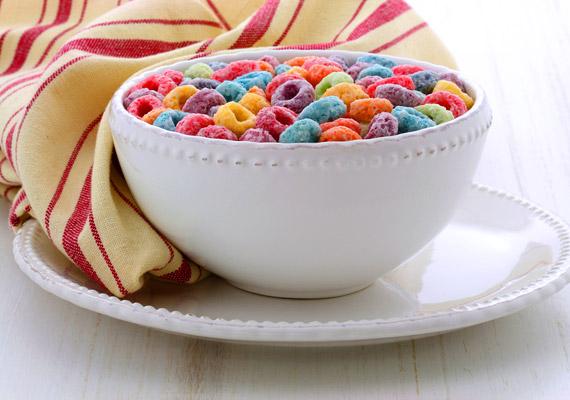 A túlságosan színes - gyerekkedvenc - müzlik kevés vitamint és ásványi anyagot, viszont annál több cukrot és mesterséges adalékanyagot tartalmaznak. Fogyassz olyan gabonapelyheket, amelyek összetevői között kevés cukrot és E-számot látsz. Érdemes kipróbálnod a zabkását is, korábbi cikkünkben találsz egy remek receptet!