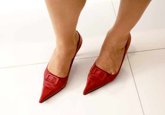 A magas sarkú cipő hegyes orral párosítva kiváló választás, ha az imént említett problémák mellé szeretnél még tyúkszemet, vagy nem bánod, ha ujjaid összenyomódnak, hosszú távon eldeformálódnak.