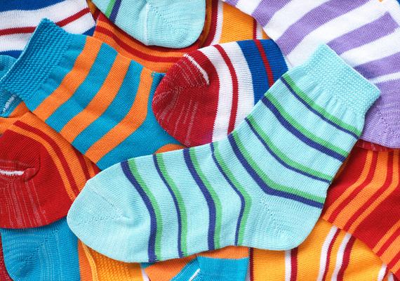 A műszálas zokni műbőr lábbelivel kombinálva előrevetíti a lábgomba kialakulását. A nem természetes anyagok ugyanis megnehezítik a bőr szellőzését, a gombák számára kellemes, nedves környezetet biztosítanak. Tudj meg többet a műszálas ruhákról!