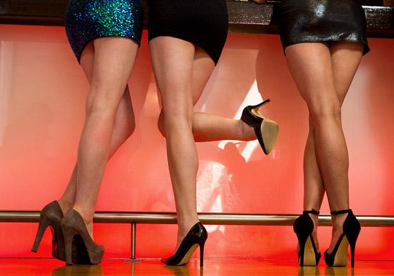 Igen, a magassarkú viselése szexi. Aki szépen tud benne járni, mozgását kecsessé, nőiessé teszi. Ugyanakkor a túlságosan magas sarkak természetellenes helyzetbe tolják a testet, lábközépfájdalmat, térdfájást, ízületi gyulladást, gerincproblémákat okozhatnak. Kattints, és tudd meg korábbi cikkünkből, hogy ortopédiai szempontból mennyi lehet a sarokmagasság felső határa!