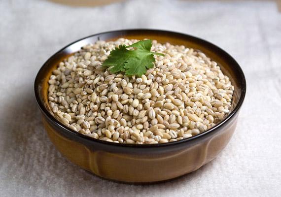 Az árpagyöngy sokféle B-vitaminnak, valamint az A-vitaminnak is biztos forrása. Ásványi sókban szintén gazdag: kalcium, foszfor, kálium és vas is fellelhető benne. Magas rosttartalmának köszönhetően jótékony hatással van az emésztésre - ellentétben a fehér rizzsel és a krumplival. Kattints korábbi cikkünkre, és tudd meg, hogy fogyaszd az árpagyöngyöt!