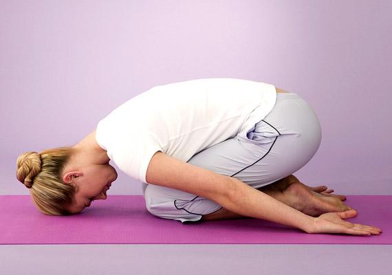 Egy könnyű jóga lefekvés előtt elfújja a stresszt, segít ráhangolódni az éjszakai pihenésre. Ülj a sarkadra, ezután felsőtesteddel dőlj előre, míg a homlokoddal a földet érinted. A karokat hátranyújtva lazán húzd magad mellé. Az embriópóz normalizálja a vérkeringést, enyhíti a fejfájást. Korábbi cikkünkből több olyan jógapózt is megismerhetsz, amit bevethetsz alvászavar esetén.