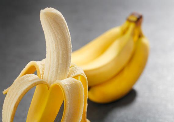 A banán segít az alvásproblémák megoldásában. A benne található magnézium, kálium és kalcium révén a gyümölcs természetes gyógyszerként működik. Emellett nagy mennyiségű B6-vitamint és cinket szolgáltat szervezetednek.