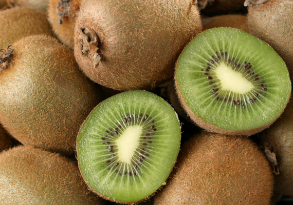 A kivi magas C-vitamin-tartalma révén antioxidáns hatású. Napi három kivi elfogyasztása 15 Hgmm-rel csökkenti a magas vérnyomást.