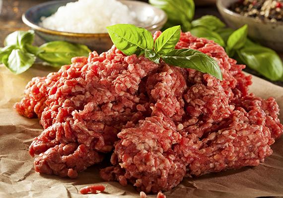 A darált hús ezek közül kiemelten veszélyes, hiszen a feldolgozás során különböző felületekkel érintkezik a termék, illetve olyan is lehetséges, hogy különböző helyekről származnak az üzemben egybedarált húsok - ami baktériumok szempontjából nem veszélytelen.