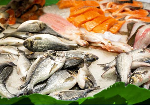 Az előzőkben leírtak igazak a halakra és a különböző tengeri herkentyűkre is. A fagyasztott termékek kevésbé veszélyesek, az élő vagy friss halak, ekkor pár napig még a lejáratot követően is megeheted őket. Szerencsére ezek esetében, hasonlóan a húshoz, a szag és a szín is megüzenheti, ha már nem alkalmas az étel arra, hogy megedd, míg konzerveknél a felpúpozódó konzervtető árulkodik arról, ha baj van.