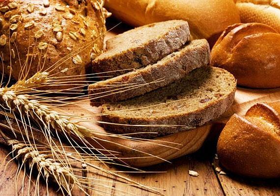A kenyérfélék esetében a dátumra nem muszáj szigorúan figyelni - ez esetben ez arra utal, meddig nem következik be változás a termék állagában. Viszont amennyiben apró, fehér vagy zöldes penészpöttyöket találsz a kenyéren, esetleg a szagán akárcsak enyhén is érzed a penész jelenlétét, azonnal dobd ki. A méreganyagok akár az idegek károsodásához is vezethetnek!