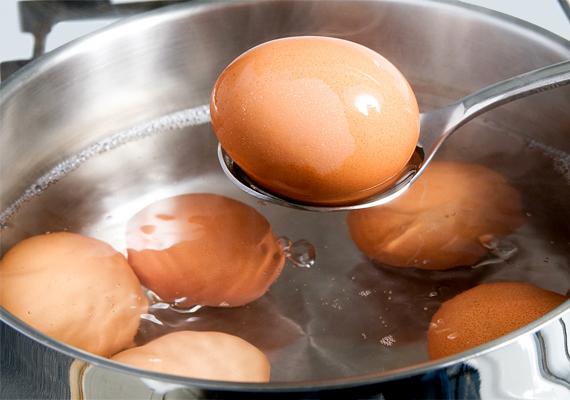 A tojás esetében is figyelj a lejárat dátumára, de ha hűtőben tárolod, utána pár napig még fogyasztható. Viszont kizárólag alaposan megfőzve vagy megsütve, hogy elkerüld a fertőzésveszélyt! Honnan tudod, hogy romlott, és hogyan hosszabbíthatod meg az eltarthatóságát? Régebbi cikkünkből elolvashatod!
