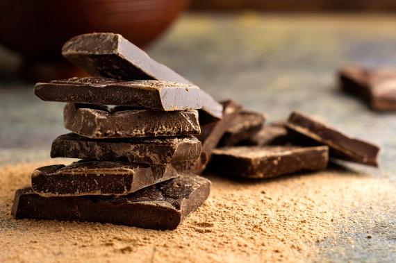 Az étcsokoládéban található flavonoidok képesek megnövelni a bőr védekezőképességét a különféle bőrkárosodásokkal szemben, emellett segítenek abban is, hogy hidratált maradjon, illetve a vérkeringése is optimális legyen.