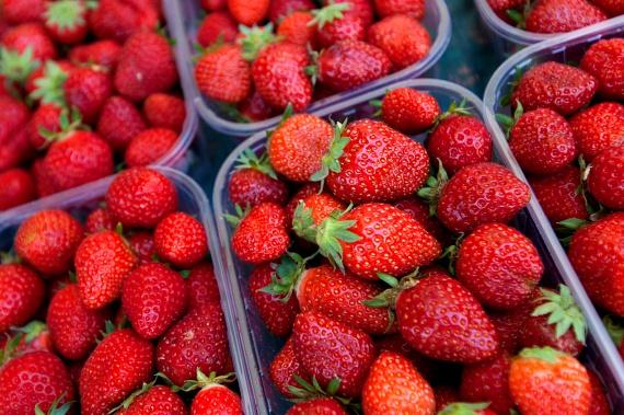 Bár a szezonját lassan felváltják más nyári gyümölcsökéi, epret a továbbiakban is érdemes fogyasztani, amellett ugyanis, hogy nagyon jó C-vitamin-forrás, antioxidáns hatóanyagai révén védi a bőrt a károsodásoktól, és napégés esetén is gyógyírt jelenthet.