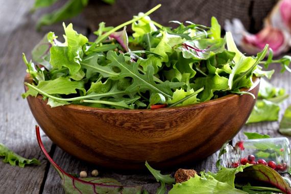 A zöld leveles zöldségek is igen gazdagok antioxidánsokban, többek között luteint tartalmaznak, mely szintén bizonyos fokú védelmet biztosít az UV-sugarak káros hatásaival szemben.