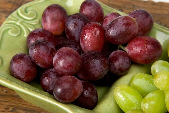 Bár még nincs szezonja, számos helyen kapható vörös szőlő, mely szintén nagyon gazdag antioxidánsokban, polifenoljainak köszönhetően amellett, hogy csökkenti az UVB-sugarak okozta bőrkárosodások mértékét, a gyulladásoktól is segít megóvni.