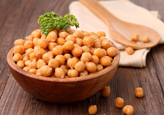 A csicseriborsó amellett, hogy egészséges, és kiváló növényi fehérjeforrás, igen nagy koncentrációban tartalmazza a B9-vitamint, így érdemes ebből is gyakrabban fogyasztanod.