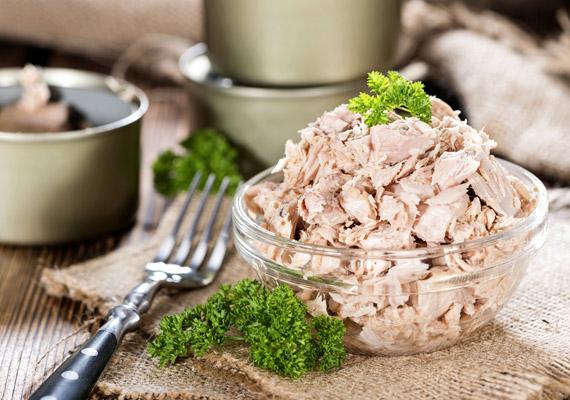 Az omega-3 zsírsavakban bővelkedő tengeri halak - tonhal, makréla, lazac - akkor is segítenek megelőzni a mellrák kialakulását, ha konzerv formájában fogyasztod őket. A Zhejiangi Egyetem és a APCNS Center of Nutrition kutatói egy több mint 800 ezer nő bevonásával készült tudományos vizsgálat során arra az eredményre jutottak, hogy azok, akik a legtöbb többszörösen telítetlen zsírsavat fogyasztották, 14%-kal kisebb mellrákrizikóval számolhattak, mint azok, akik a legkevesebbet. Tudd meg, még mire képesek a tengeri halak!