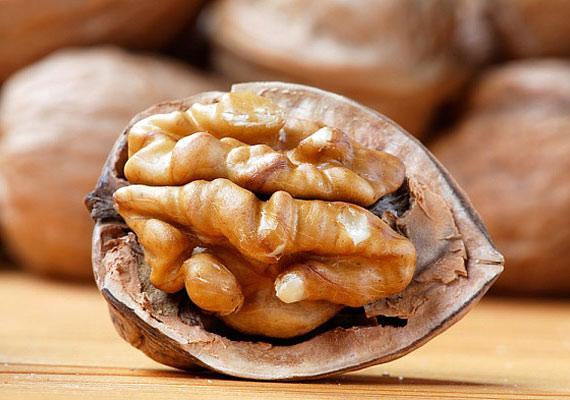 Az E-vitamin hiánya is okozhat fejfájásos panaszokat, ennek elkerülése érdekében fogyassz sok diót.