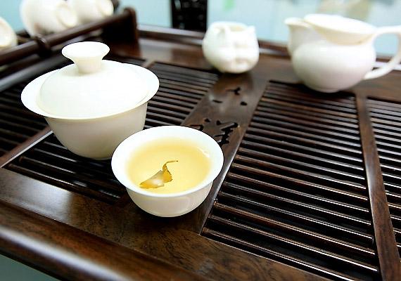 A fehér tea kétszer olyan erős antioxidáns hatású ital, mint a zöld tea. Fogyasztásának köszönhetően a szervezetet károsító szabadgyökök jóval kisebb mértékben tudják kifejteni hatásukat.