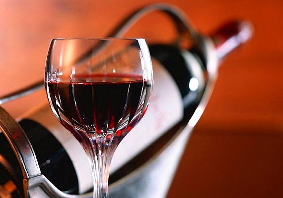 Napi egy pohár vörösbor akadályozza az úgynevezett NF-kappa B fehérjetípus tevékenységét - mely az immunsejtek működését rontja. Ennek köszönhetően pedig a rák három fejlődési szakaszát - kezdeti, növekvő és előrehaladott stádium - is lassíthatja.