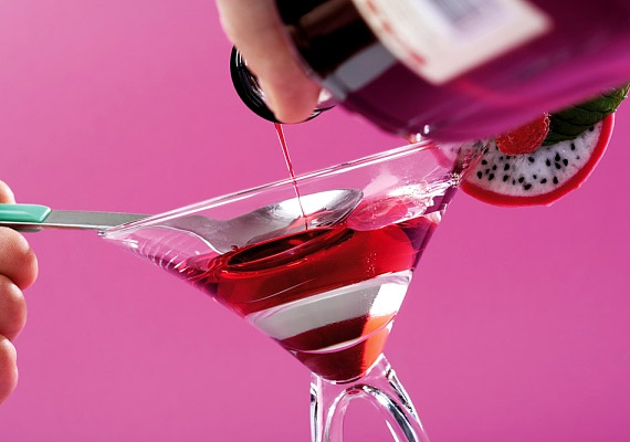 Egy pohár sör - komlótartalma miatt - segítheti az alvást, de túl sok alkohollal épp az ellenkező hatást éred el. Ahogy az éjszaka során múlik az alkohol nyugtató hatása, az etilalkohol következetesen rontja az alvás minőségét.