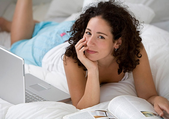 Az ágy csak az alvás - illetve az intim együttlét - színtere legyen. Ha számítógépezel, eszel, tévézel az ágyban, nehezebben alszol el, hiszen nem alakul ki az alvással összefüggésben egyfajta feltételes reflex.