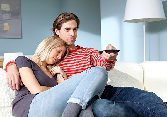 Ha éjszaka szól a TV, akkor a képernyő fényét a tested nappali világosságként értelmezi, leállítva ezzel az alvásért felelős melatonin hormon termelését, ami sokat ronthat a pihenéssel töltött idő minőségén.