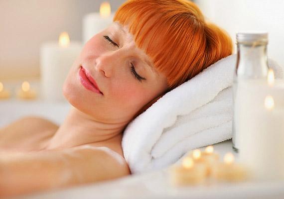 Egy forró fürdő segít ellazulni, kitágítja a test ereit, aminek köszönhetően gyorsan oldja a lüktető fejfájást.