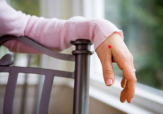 A hüvelykujjad és mutatóujjad között, a kéztőcsontok találkozási pontjánál található a Vastagbél-4 elnevezésű pont. Stimulálása segít az aggodalmak, valamint az egészségtelen táplálkozás kiváltotta fejfájáson.