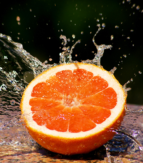 Grapefruit  Mivel a gyümölcs igen gazdag C-vitaminban, fogyasztásával enyhítheted a megfázásos fejfájást. A kellemetlen tünet ilyenkor a blokkolt légutak miatt és az agy vérellátási hiánya következtében jön létre. Limonádé formájában is fogyaszthatod a grapefruit kifacsart levét.