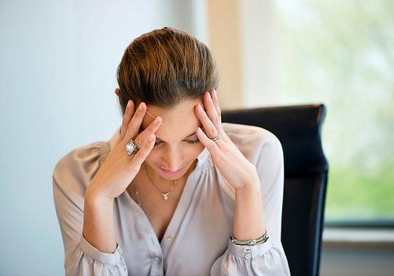 Ha ülőmunkát végzel, és rossz a tartásod, előredőlsz, a nyakad túlságosan merev, a vállaidat pedig felhúzod, a görcsös tartás következtében romlik a vérkeringés a nyak környékén. Mindez pedig fejfájást idézhet elő. Így ülj helyesen a gép előtt!