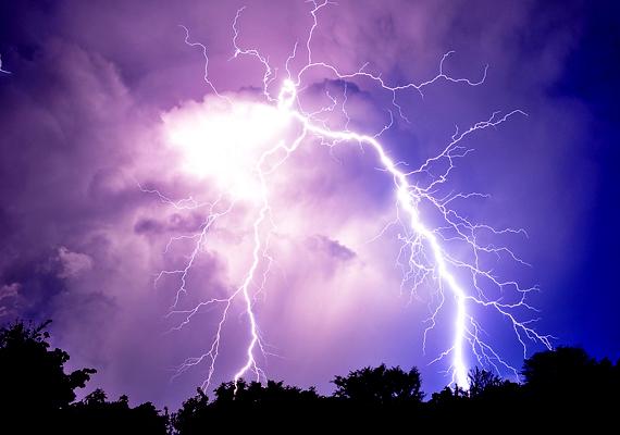 A villámláskor jelentkező fejfájásért egyfelől az elektromágneses hullámok lehetnek felelősek. Másfelől a villámlás növelheti a migrént kiváltó légszennyező anyagok - például az ózon - mennyiségét a levegőben. Bővebb információkat korábbi cikkünkben találsz.