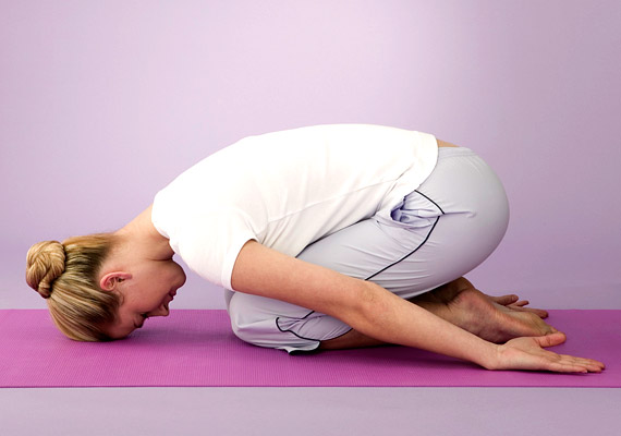 Az embrió vagy magzat póz segít lecsendesíteni a testet, ráhangol az éjszakai pihenésre. Érdemes ezzel befejezni a gyakorlást.