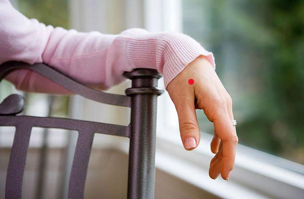 Szorítsd a hüvelykujjadat a kinyújtott mutatóujjadhoz és figyeld, ahogy a két ujj közötti izom kidomborodik. A domborulat legmagasabb részén található a Vab-4 nevű akupresszúrás pont, melynek masszírozásával a felső állkapocsban jelentkező fogfájás kezelhető.