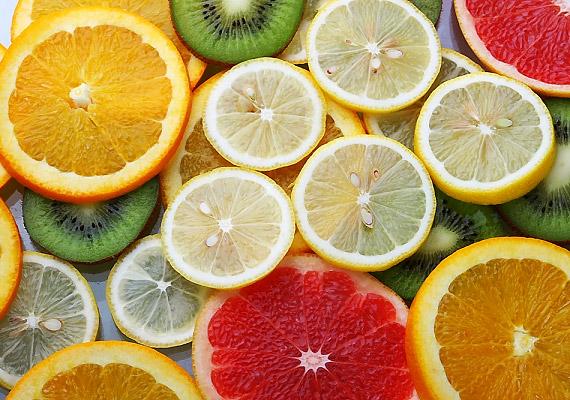 Bár a citrusfélék kiváló természetes C-vitamin-források, magas savtartalmukból adódóan nem barátai a fogzománcnak. Fogyasztásukat követően azonban semmiképp ne rohanj rögtön fogat mosni, inkább várj 20 percet, mivel az erős savak átmenetileg csökkentik a zománc ellenálló képességét.