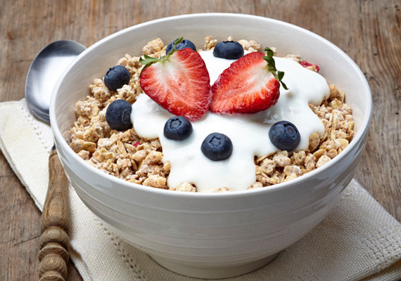 Az egész napos fáradtságérzet érthető azoknál, akik kihagyják a reggelit. Az étel a test üzemanyaga, és az éjjel sem áll le a felhasználással, így ébredés után mindenképpen pótolni kell a tápanyagokat. A test ilyenkor feltöltődésért kiált, és nagyon gyorsan lelassul, illetve kimerül, ha nem kapja meg, ráadásul betegségekhez is vezethet a reggeli étkezés kihagyása. Sokat lendít az energiaszinten egy tápanyagokban dús, kiadós reggeli: tartalmazzon jó minőségű szénhidrátot, fehérjét és zsírt is!