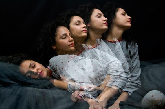 Míg a cikkben említett jelenségek nagyobb része ártalmatlan, az alvajárás komoly következményekkel, például balesetveszéllyel is együtt járhat, így ebben az esetben, vagyis, ha ennek bármiféle jelére gyanakszol, mielőbb orvoshoz kell fordulni. Az alvajárást a kutatók szerint az okozhatja, hogy az alvó ember csak annyira ébred fel, hogy a teste tudjon mozogni, az agya viszont nincs éber állapotban. A jelenséget bizonyos altatók használatával is összefüggésbe hozták, lehetséges ugyanis, hogy ezek az agyat képesek akkor is szedatív állapotban tartani, amikor a test már felébredt.