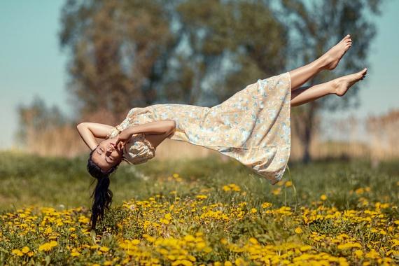 Az alvás közbeni zuhanásélményt szinte mindenki átélte már, legyen szó szikláról való lezuhanásról vagy éppen csak zuhanásról lefelé a levegőben, melyek a leggyakoribb típusok közé tartoznak. A kutatók szerint mindez szinte közvetlenül elalvás után tapasztalható, és gyakoribb abban az esetben, ha valaki túl stresszes, nagyon fáradt, vagy hosszabb ideje alváshiány gyötri. Miközben ugyanis valaki álmodik, a teste bénultan fekszik, előbbi jelenség azonban annak köszönhető, hogy az álom már azelőtt elkezdődik, hogy a test ebbe a módba kapcsolna. Ha pedig valaki túl fáradt, az agy gyorsabban kapcsol az álomhoz megfelelő üzemmódba, amit a test nem mindig képes megfelelően követni. Arra azonban, hogy miért pont zuhanásként jelenik meg mindez, a tudósok még nem találtak egyértelmű magyarázatot.