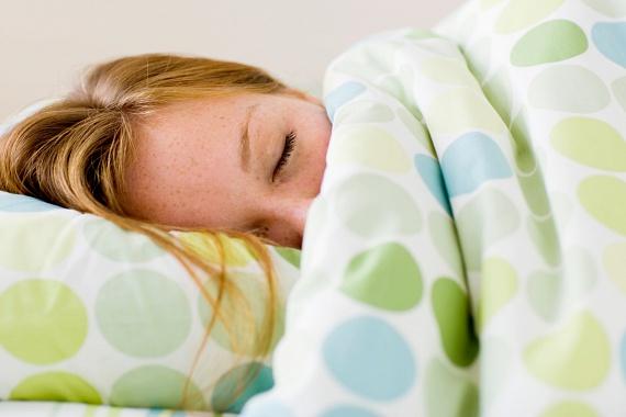 Ha fürdesz, utána mindig alaposan törölközz meg, és sohase menj vizesen az ágyba, a takaró alatt ugyanis a meleg és a nedvesség révén könnyebben elszaporodhatnak a baktériumok. A Prevention.com-on megjelent cikk mindemellett úgy tartja, az alvással is érdemes várni a forró fürdő után, a nagy hőmérséklet-különbség ugyanis nem segíti a nyugodt pihenést.