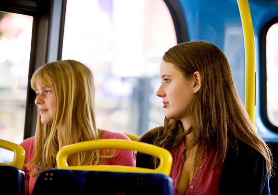 A tömegközlekedési eszközökön télen a nátha- és influenzavírusok terjednek, nyáron pedig gombák tobzódhatnak a buszok és a metró műbőr ülésein. Ha tehát miniszoknya vagy rövidnadrág van rajtad, inkább ne ülj le.