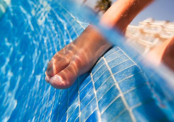 A strandok remek közeget jelentenek a gombáknak. Ha az immunrendszered nem elég erős, illetve hajlamos vagy a betegségre, a nedves fürdőruha vagy a lábmosóvíz fokozott veszélyt jelent számodra. Még milyen fertőzést kaphatsz a strandon?
