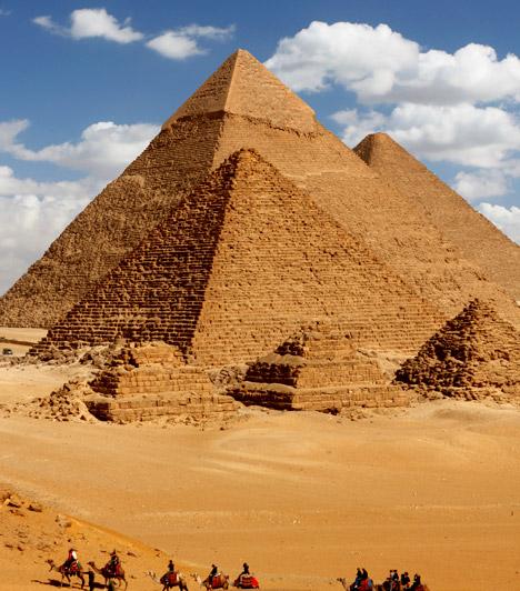 Gízai piramisok - Egyiptom                         Gízába nem csak a turisták látogatnak szívesen, de a testi-lelki gyógyulásra vágyók is előszeretettel utaznak a Föld torokcsakrájaként számon tartott erőközponthoz.                         Kapcsolódó cikk:                         Angyalok vagy földönkívüliek építették? - 3 káprázatos, misztikus hely »