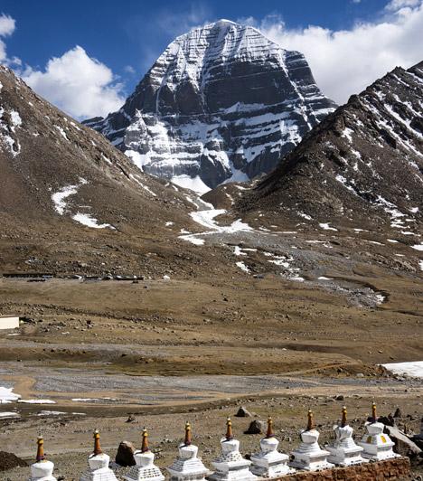 Kailash-hegy - TibetA Föld koronacsakrája a Himalájában található. A Kailash-hegyre a buddhisták szent helyként tekintenek, igen erős energiavonalak húzódnak itt.