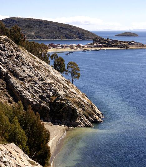 Titicaca-tó - Bolívia/PeruBolívia és Peru határán az Andokban húzódik a Titicaca-tó, melyet a Föld szakrális vagy szexcsakrájaként tartanak számon. A legenda szerint a tavat a lezuhanó Hold formálta.Kapcsolódó cikk:Emberi csontokat találtak a tóban: nézd meg képeken a helyet! »