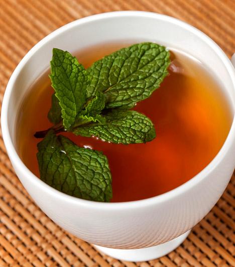 BorsmentaA borsmenta - Mentha piperita - illóolajanagy arányban tartalmaz mentolt, mely fertőtlenítő, hűsítő és vérkeringést fokozó hatással bír. Náthás megbetegedés esetén inhalálj a növényból készült olajjal, valamint fogyassz forró borsmenta teát.Kapcsolódó cikk:Az állandó gyomorgörcs és szájszag ellenszere »
